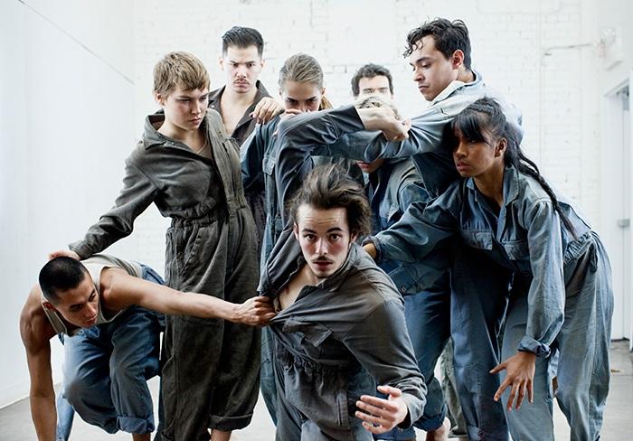 19 mars 2019VRAIMENT DOUCEMENT - DANSEAvec une signature chorégraphique unique qui prend racine dans la danse de rue, Victor Quijada s'attaque cette fois-ci à l'énergie que contient l'urgence, la révolte, la fuite. Cette nouvelle création explore en profondeur les relations humaines et les pulsions qui peuvent animer et dévorer un groupe d'individus. Avec 10 danseurs à la gestuelle organique, Vraiment doucement est le nouveau chapitre dans le parcours de RUBBERBANDance, une compagnie percutante qui arrime merveilleusement bien la spontanéité et la témérité du hip-hop au raffinement du ballet et de la danse contemporaine.