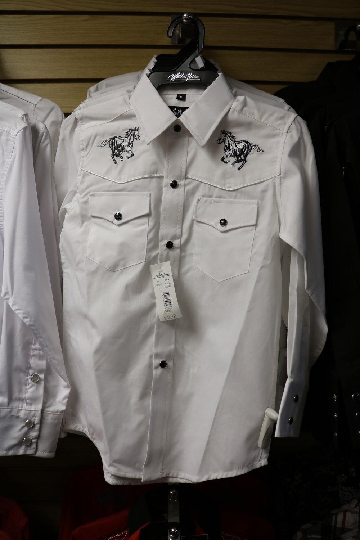 Amplia variedad de camisas de vestir.