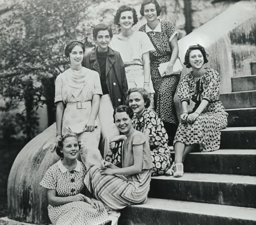 Boggs%2c Lindy and other women on stairs ca 1935.jpg