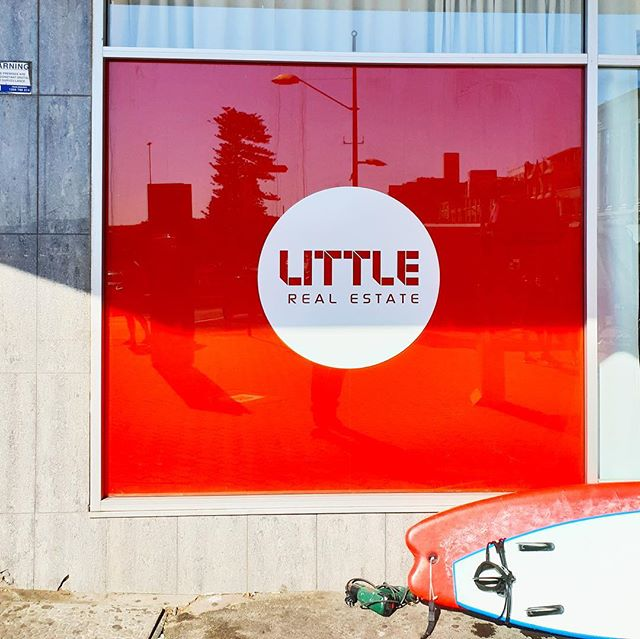 Who said you can't work at the beach?  Bentleigh Group loved installing these bright red window graphics for Little Real Estate. The sun was shining, the waves were crashing and the ice cream was melting 🏖️