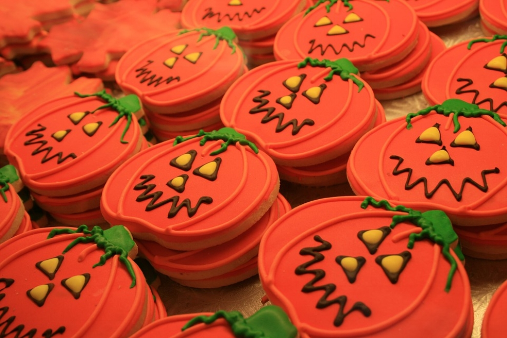 Easy and Tasty Halloween Cookies - Halloween is just around the corner and what a better way to get into the spooky spirit than with Halloween themed cookies. Check out this recipe for a cookie base, frosting and decorations