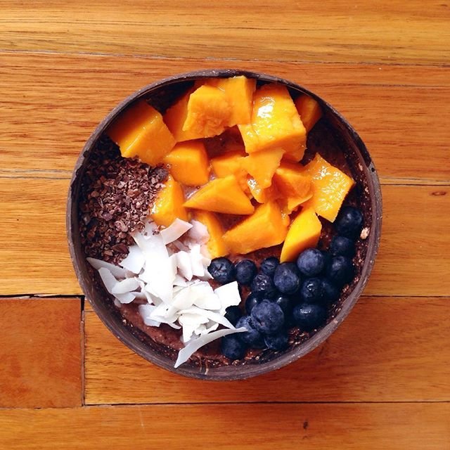 My current favourite food experiment is chocolate oats. I just mix in about 2 tsp cacao. I don't use any sweetener, just add fruit. 💛💙