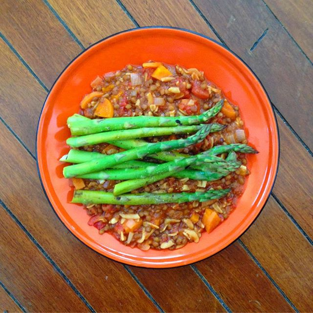 🌵LUNCH 🌵Lentil stew and 2 bunches of asparagus. Due to a disastrous miscalculation with the groceries I didn't eat any greens yesterday. To say I'm excited about this asparagus is an understatement!