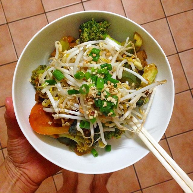 Knocked up this little beauty for dinner in about 5 minutes. YOU GUYS, IT'S ALL IN THE GARNISH. Even if you're not a confident cook, you can make simple things seem super fancy by sprinkling stuff on top! In this case: bean sprouts, crushed peanuts and chopped shallots.  Do it for yourself. You deserve garnish. ⚡️