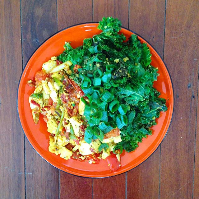 5 minute lunch: scrambled tofu and kale. Try to make the plate half greens. Then try to fit in some more. 💚