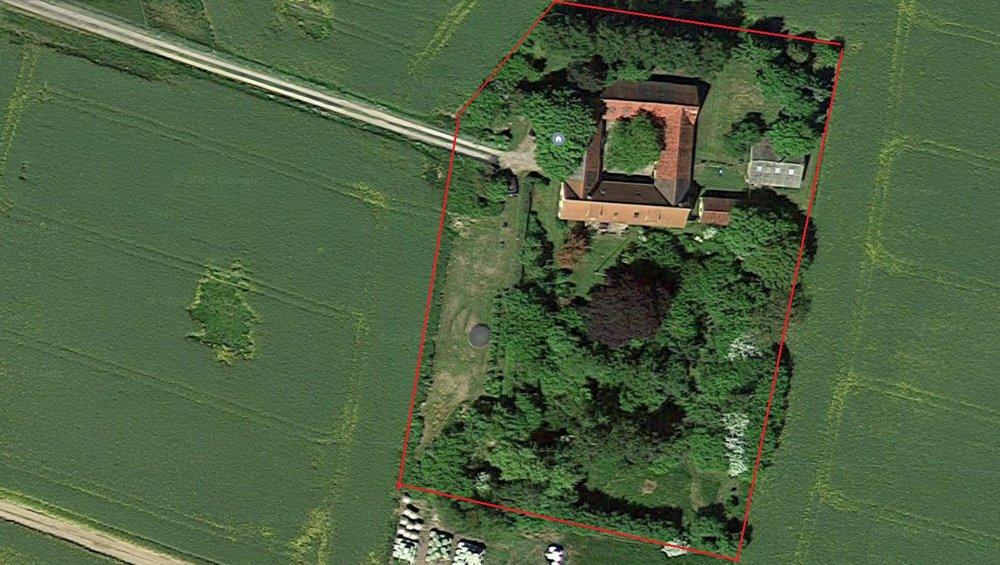 Luftfoto af vor gård, hvor man kan se de fire længer og de to fritstående bygninger øst for selv gården. Bygningen med gråt tag er den gamle svinestald, mens den lille bygning med rødt tag er det lille faldefærdige hønsehus. I midten af grunden ses den store blodbøg.