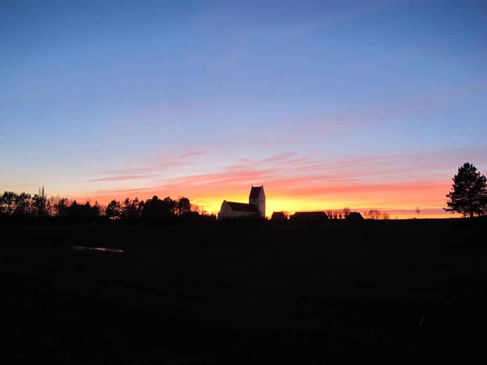 Vores nabo,Fanefjord Kirke i aftenrøden.