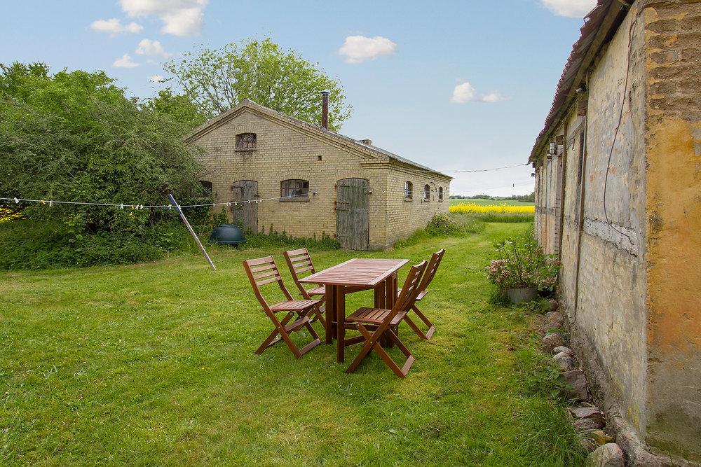 Svinestalden i midten af billedet og hønsehuset til højre.Billedet er fra salgsopstillingen og bruges med tilladelse fra Home.