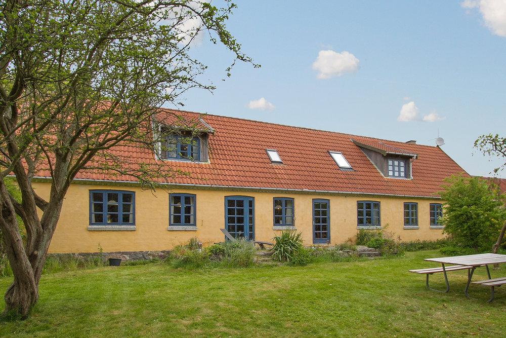Stuehuset set fra haven. Billedet er fra salgsopstillingen og bruges med tilladelse fra Home.