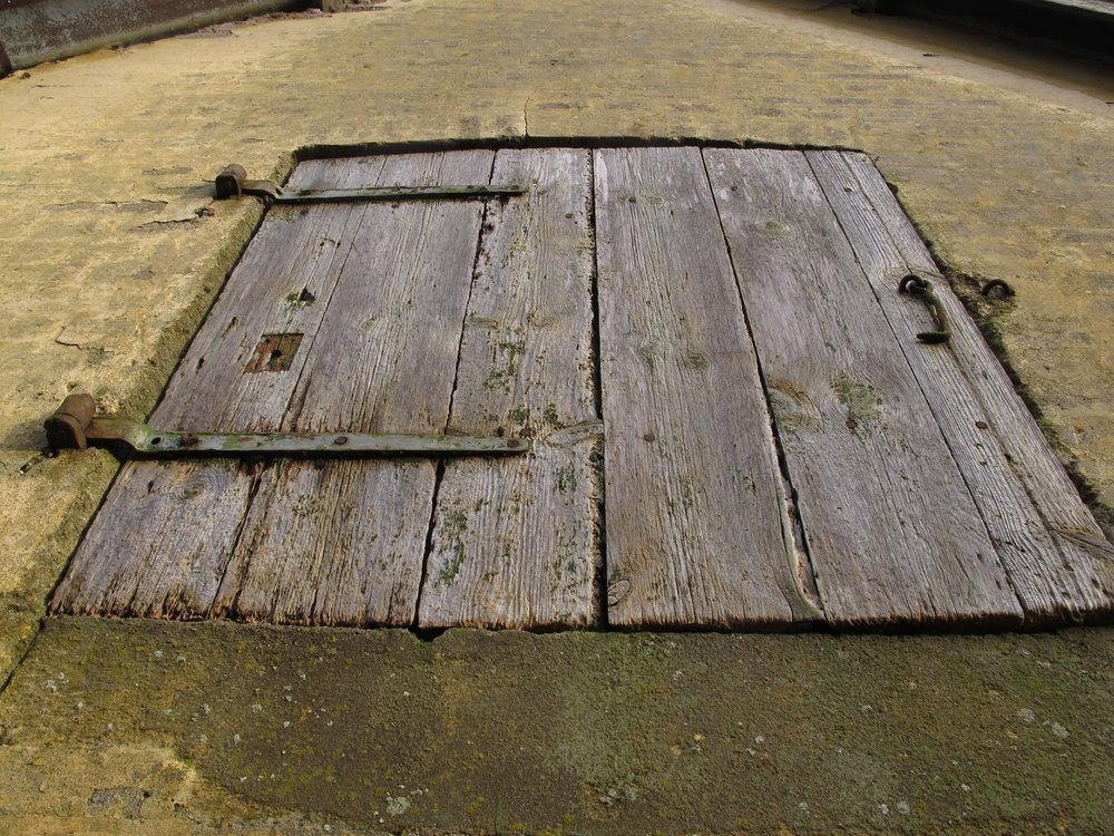 Jeg kan vældig godt lide alle de gamle døre og låger. Denne her hører til det nedrivningstruede hønsehus.
