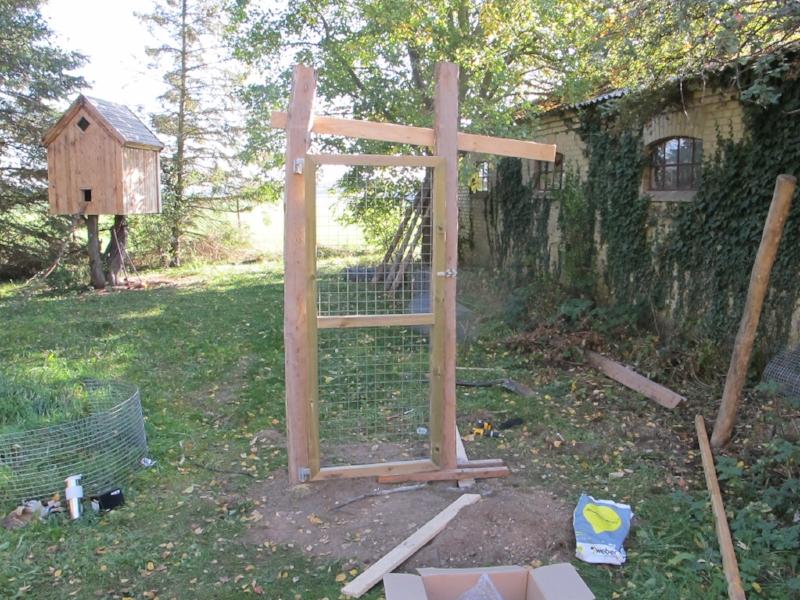 I et forsøg på at stabilisere den anden stolpe, mens den blev støbt, skruede vi en masse brædder og lægter fast.