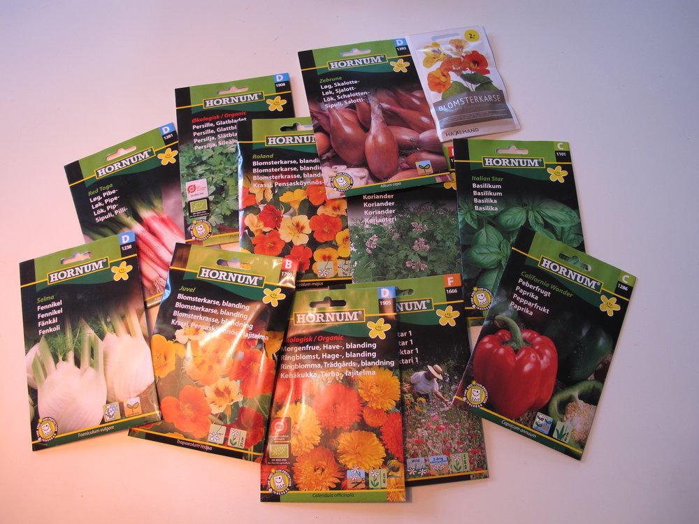 Så er der købt fennikel (havde jeg i forvejen), basilikum (havde jeg i forvejen), koriander (havde jeg i forvejen), glatbladet persille (havde jeg i forvejen), forårsløg (havde jeg i forvejen), blomsterkarse, morgenfrue, peberfrugt og skalotteløg. De sidste havde jeg overraskende nok ikke i forvejen.