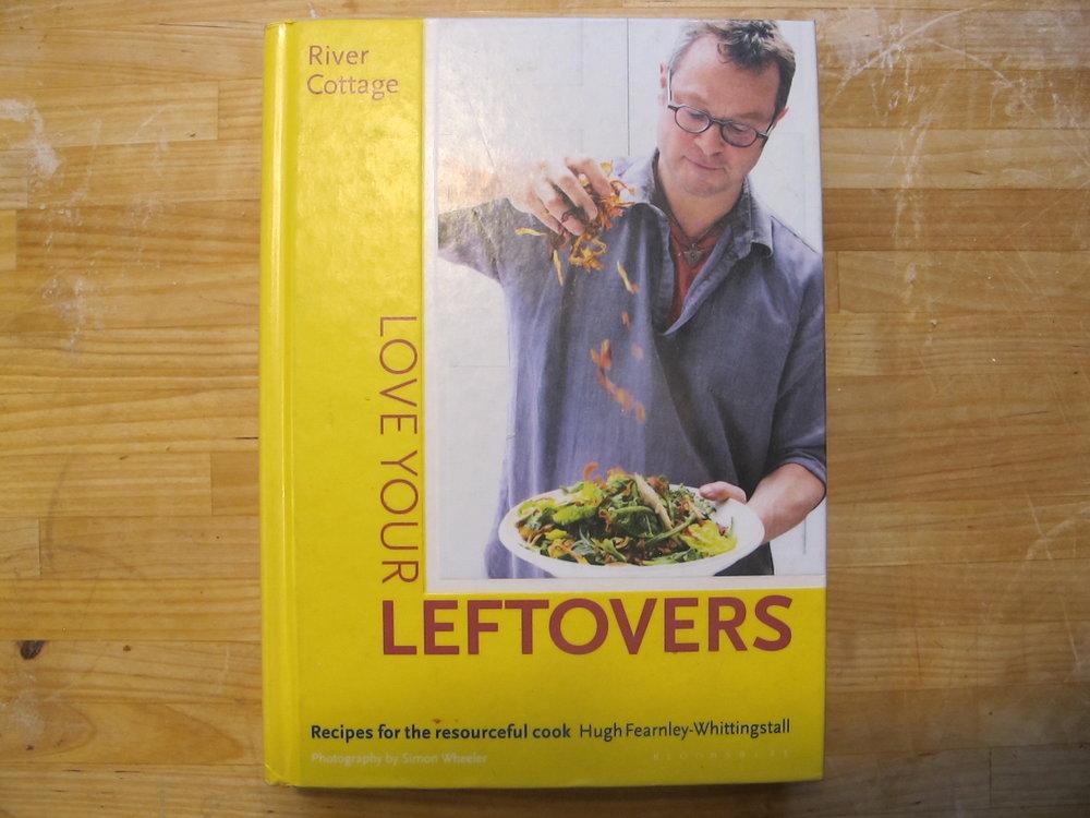 """Hugh Fearnley-Whittingstall har i 2015 begået et værk, der hedder """"Love Your Leftovers"""". Det er en kogebog, der giver inspiration til at give sine rester nyt liv. Den kan anbefales. Det er dog ikke udgivet på dansk, så man skal leve med en engelsk ingrediensliste."""