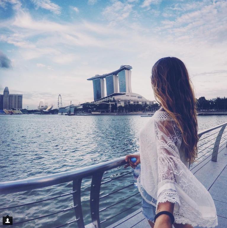 Vista da Bahia de Singapura - muita gente fazendo exercício, boa vida ao ar livre.