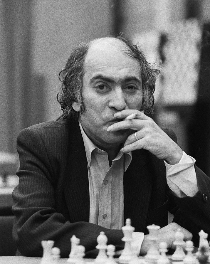 Mikhail Tal   By Croes, Rob C. / Anefo - [1] Dutch National Archives, The Hague, Fotocollectie Algemeen Nederlands Persbureau (ANEFO), 1945-1989, Nummer toegang 2.24.01.05 Bestanddeelnummer 931-9186, CC BY-SA 3.0 nl, https://commons.wikimedia.org/w/index.php?curid=29164554