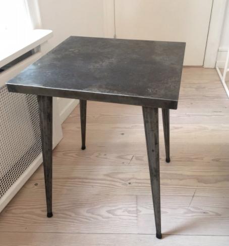 Kvadratisk Tolix bord i metal B: 60 cm x L: 60 x H: 72 cm Gammelt fransk Tolix bord, designet af Xavier Pauchard i 1930´erne. Bordet er i metal og har den patina det skal have, det er i fin stand og har ingen rustgennemtæring. 3.500 DKK Se mere her.