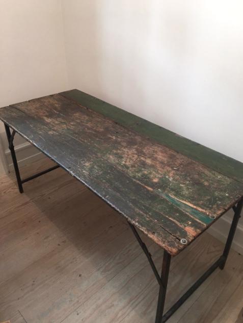 Vintage Klapbord B: 77cm x L: 177cm x H: 79 cm Vintage træbord med jern-ben. Kan klappes sammen. 4.500 DKK Se mere her.