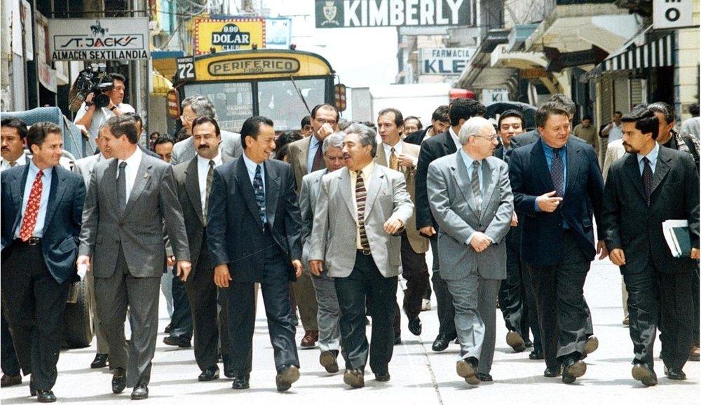 Caminata de Directivos del CACIF y participantes de la Sociedad Civil dirigiéndose al Congreso de la República para entregar la propuesta de los Acuerdos alcanzados en el Pacto Fiscal.  Junio 2000..jpg