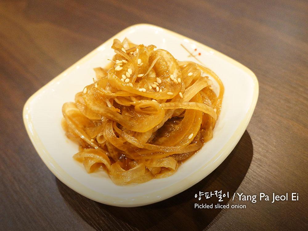 양파절이 / Yang Pa Jeol Ei Pickled sliced onion  £2.50