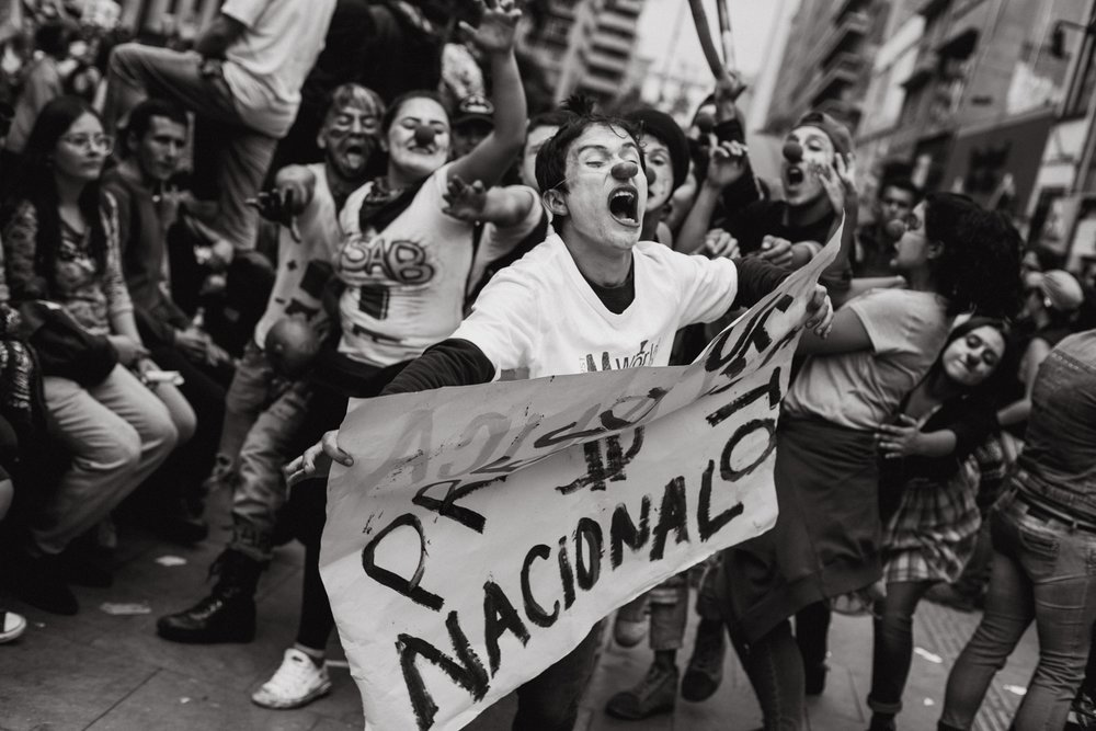 Colectivos de músicos y artistas inundaron la marcha con bellísimas expresiones y mensajes contundentes hacia el gobierno. Con la música retumbaban las calles del centro de la ciudad y con la energía de las danzas encaminaban a los ciudadanos hacia la plaza de Bolivar, donde se concentró al final toda la población participante.