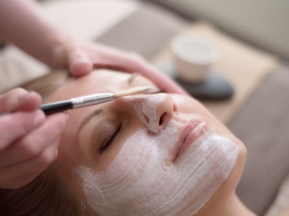 Signature Facial - $69 | 60 minutesThis classic facial is tailored to each client's needs. Includes deep pore cleansing, extractions, massage, and a mask.Products used during this treatment are chosen after acareful skin analysis performed by one of our skilled estheticians.