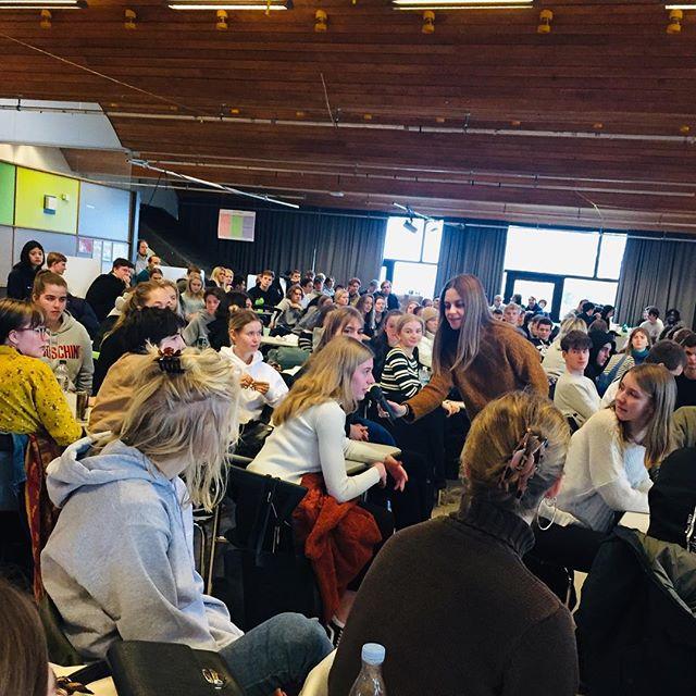 Uge Sex undervisning tog igår udgangspunkt i shamingkultur hvor Mikkel og Piv var forbi 1. og 2. G på Gladsaxegymnasie. Det var den personlige fortælling om konsekvenserne af udskamning på baggrund af seksualitet og det fælles ansvar som gav anledning til mange gode og modige spørgsmål og kommentarer fra eleverne. Tak for det og for jeres nærvær og nysgerrighed. #daregender #ugesex #gladsaxegymnasium #gladgym