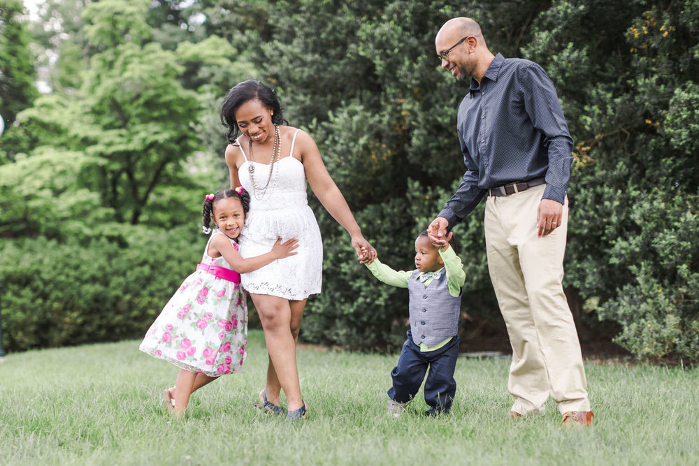 Best-Charlottesville-Virginia-UVA-Happy-family-walking