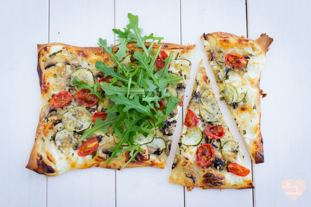 Quick Veggie Pizza with Quark | Topped with Rocket - 1 Person - 30 Minutes (15 mins preparation | 15 mins in the oven)