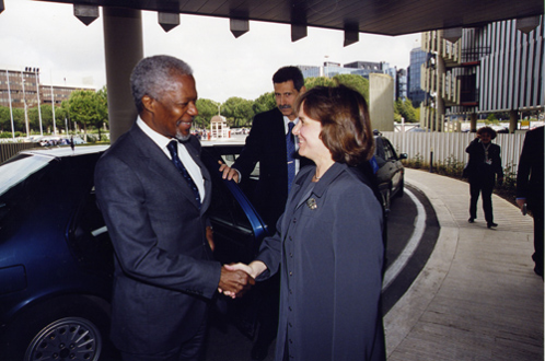 Greeting UN Secretary General Kofi Annan at WFP headquarters (2000)