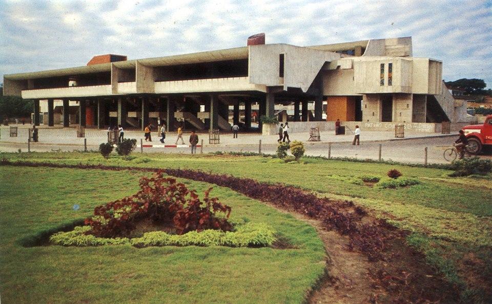 Terminal de Buses de Santa Cruz, 1974-1978. Diseño arquitectónico de Sergio Antelo. Foto: C.OO.PP., 1978. El edificio hoy se encuentra algo deteriorado, cumpliendo otra función.