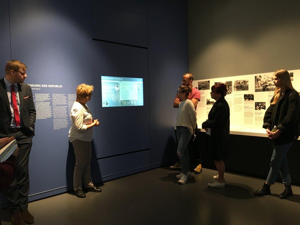 Einführungskolloquium mit Koppehl,Goers und Studierenden der Burg Giebichenstein in den Räumen der Dauerausstellung der Gedenkstätte Deutscher Widerstand.