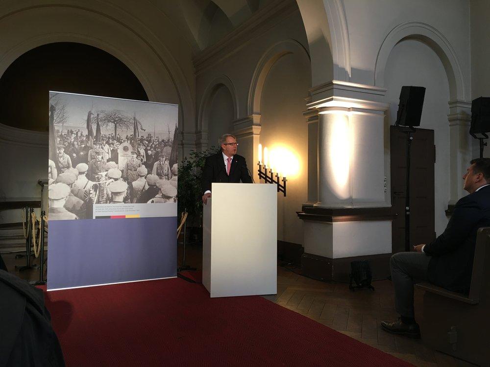 Gedenkveranstaltung anlässlich der Ermordung Erich Schulz' auf dem Friedhof am Berliner Columbiadamm mit Reichsbanner-Vorsitzenden, MdB und Sprecher des Seeheimer Kreises Johannes Kahrs.