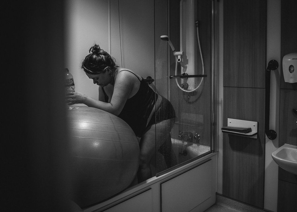 Woman in labout in shower Chui King Li Photography-4518.jpg