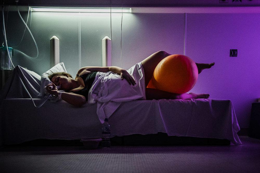 woman labouring with birthing ball Chui King Li Photography-4589.jpg