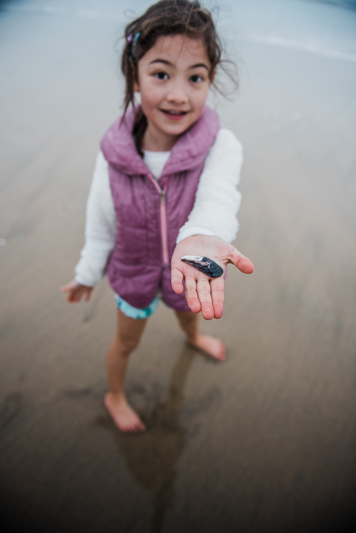 Girl showing a mussel shell-7396.jpg