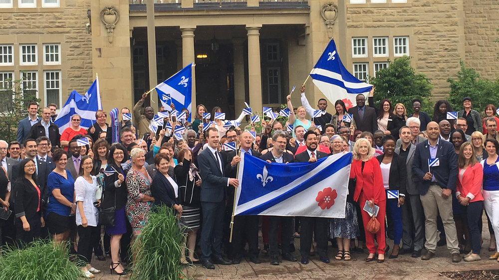Crédit photo: Diaporama du Gouvernement de l'Alberta  Le ministre Ricardo Miranda et les représentants de la communauté francophone de l'Alberta célèbrent la première politique en matière de francophonie de l'Alberta à Edmonton