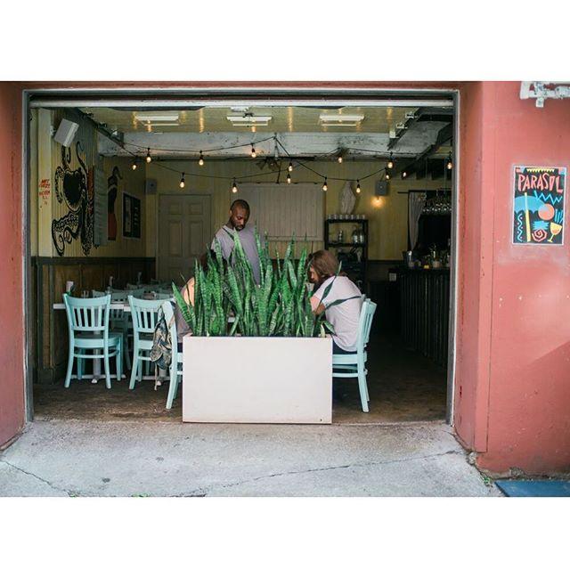 N'oubliez pas de passer par la ruelle pour accéder au restaurant . . . . . . . #parasol #parasolmtl #mtl #mtlmoments #tastemontreal #mtlfoodie #MtlfoodDivas #montrealfood #montrealjetaime #popuprestaurant @restaurantmaismtl @parasolbaravin #foodie #foodiemontreal #foodporn #alleyrestaurant @matthewperrinphotos