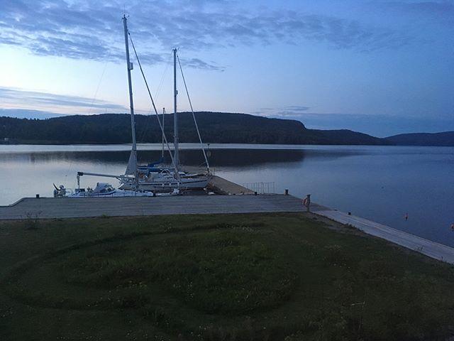 💤 Safe moorings 💤💤 #HighCoastSailor #fromthepier #🇩🇪 #GER #magicdocksta #DockstaHavet #gästhamn #safemooring #marina #sailingpassion  #seaview #Dockstafjärden #Docksta #Skuleberget #HögaKusten #cruising #boating #sailing #segling #sea #outdoors #happysailor #hiking #pier 🌬 ___/)___ #🇸🇪