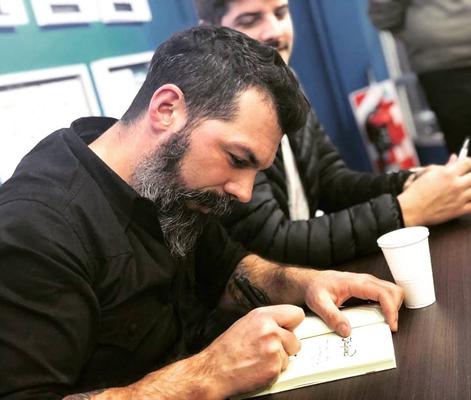 Gonzalo Ventura firmando ejemplares