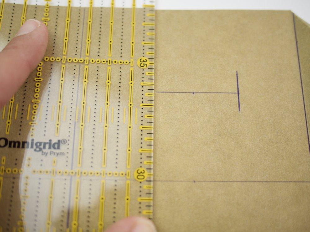 - Nun werden die Schlaufen an den Taschenkörper angenäht. Markiert euch das obere und untere Ende mit einem Stift und drückt etwas fester, dass ihr es von rechts sehen könnt.