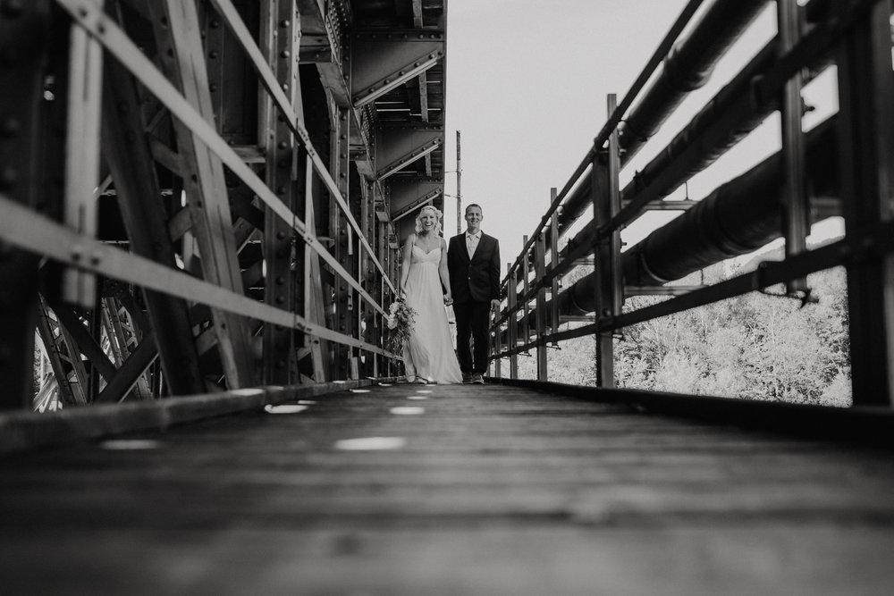 Hochzeitspaar-auf-Zugbrücke