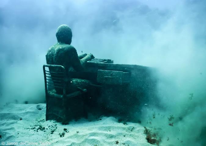 Jason deCaires Taylor - underwater sculpture - The Lost Correspondent