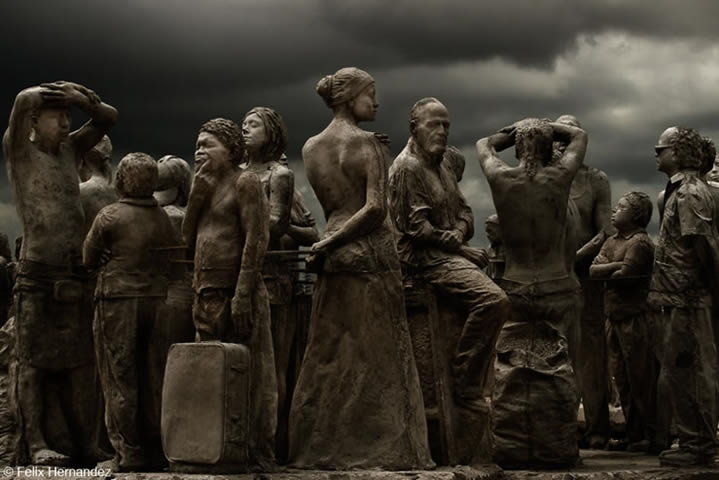 Jason deCaires Taylor - underwater sculpture - waiting for the travel