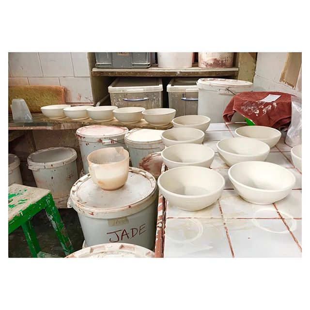 Glazing time. These bowls will now go into the kiln and be fired to 1260 degrees. #ceramics #pottery #handmade #craft #design #productionpottery #thrownonthewheel #maker #britishmade #restaurant #northstreetpotters #adriangonzalezpottery #stoneware #madeinlondon #instapottery #bowl #whitebowl #wipedrim #ballclay #tableware #sets #highfired #shoplocal #shopsmall #shopindie #theindependentshopkeepers