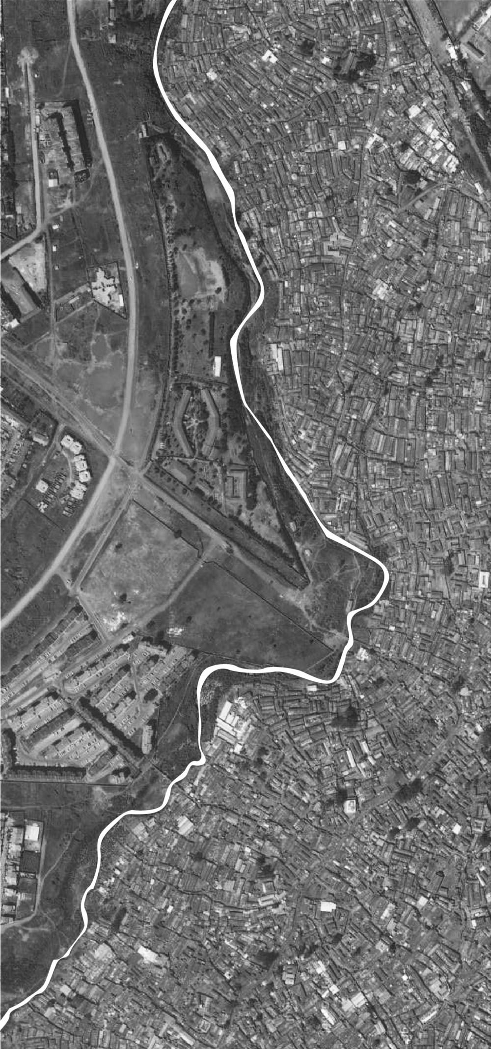 05 Satellite image of Kibera informal settlement: the river as the 'separator' (source: Google Maps 2013)