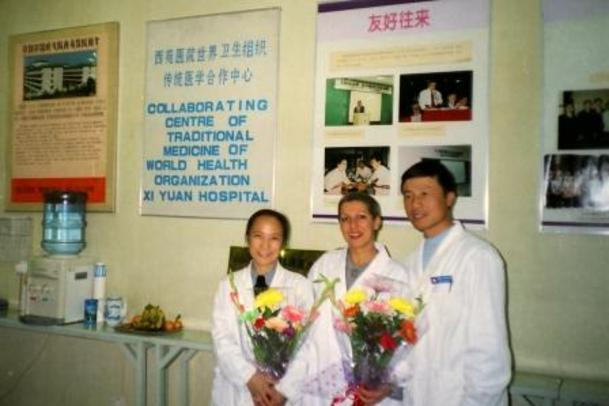 Nadia at the Xi Yuan Hospital in Beijing with Dr Zheng (L) and Professor Cai (r), head of the Tui Na and Qi Gong department.