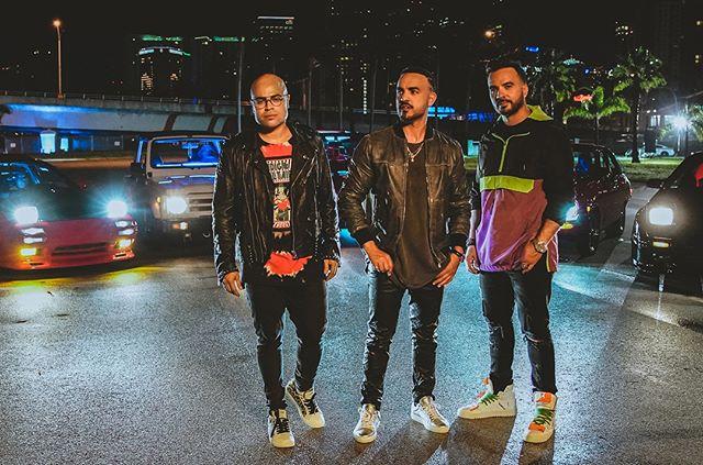"""🎵 """"Pa La Calle"""" 🎤 @coastcity @luisfonsi 🎧 tiene un estilo diferente, mucha influencia R&B/hip-hop #PerreoExperimental 👬 es la primera colaboracion publica entre Luis Fonsi y su hermano menor 🏎 el video es sobre carreras de calle, o como dicen en PR: """"la fiebre"""" 🇵🇷 la cancion es en spanglish #youknow 💣 🔥🔥🔥 * * * #newmusic #cancion #musicalatina #perreo #perreame #reggaeton #latino #freeanuel #dale #latinrap #traplatino #PaLaCalle #CoastCity #Fonsi #Despacito #PuertoRico"""