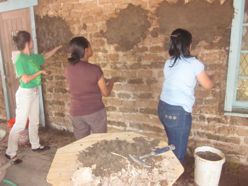 San-Miguel-volunteers-mudding-so-wall-2012.jpg