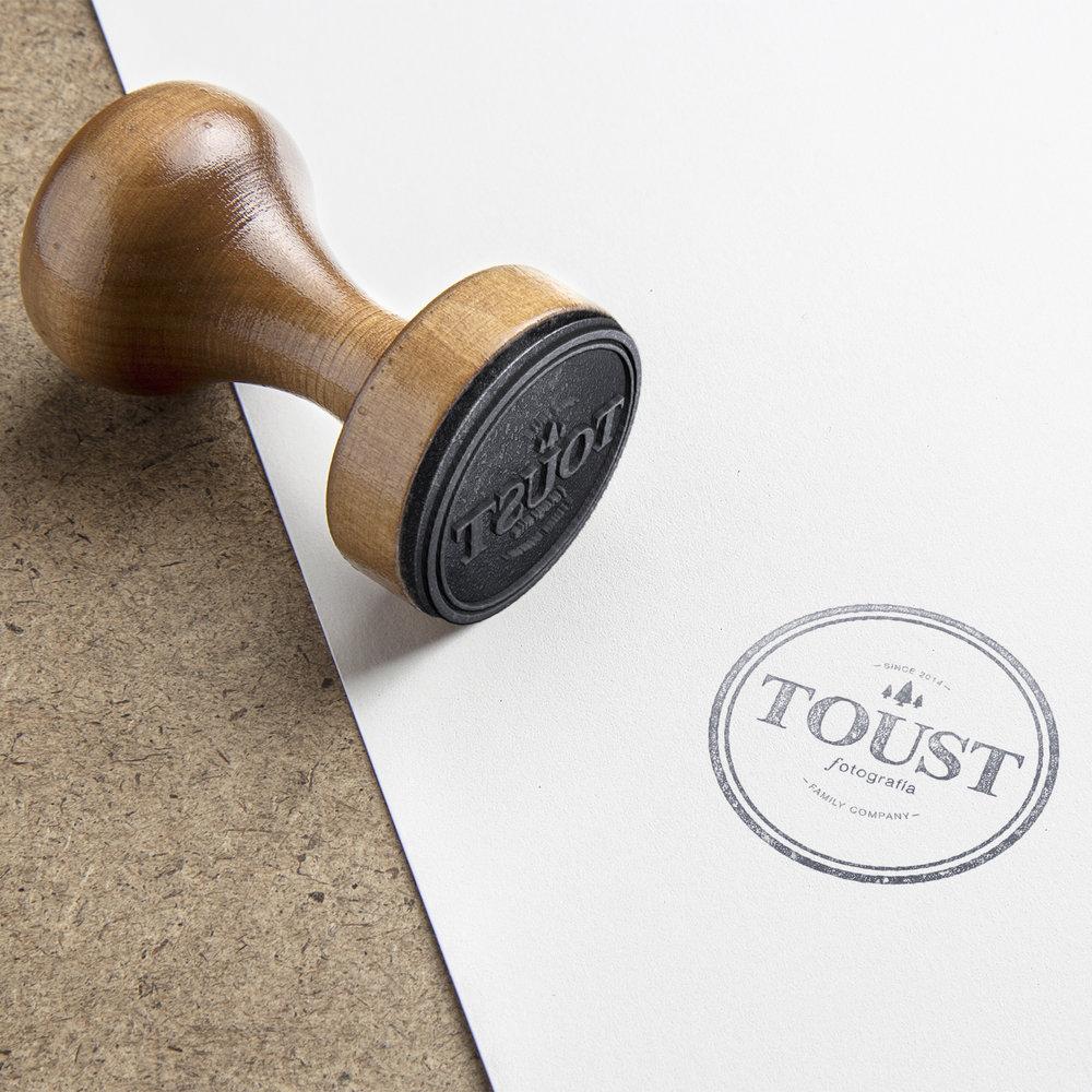 Toust Fotografía    Diseño de identidad para marca de servicios fotográficos.