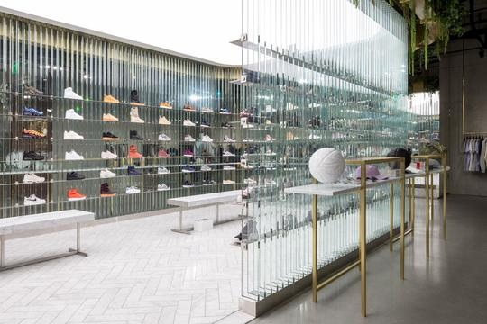 KITH - A multifunctional lifestyle men and women's brand with unique retail stores, KITH carries it's own label along with products from other streetwear designers. The brand also created Kith Treats, a cereal bar located right in front of the LA store.Get your treat and new sneakers at their West Hollywood boutique on Sunset.